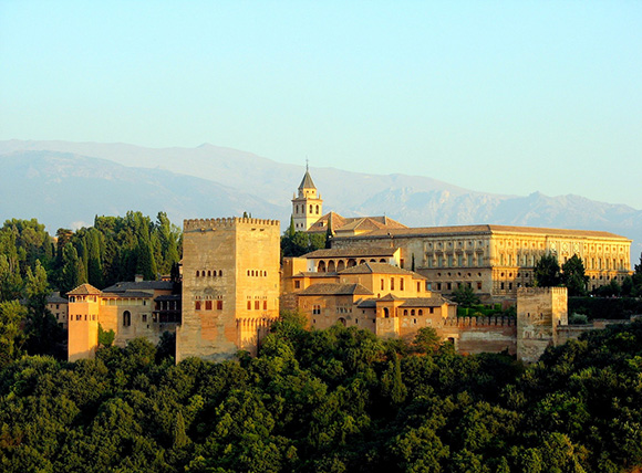 Disfruta de una escapada barata a Granada viajando en tren